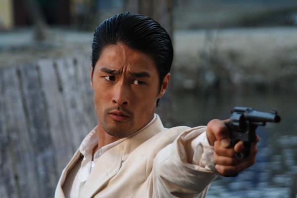 Johnny-Nguyen-points-his-gun.jpg