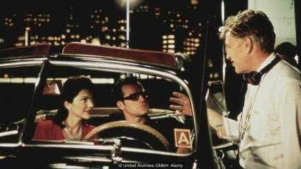 Director David Lynch gives instructions to Laura Harring and Justin Theroux on the set of Mulholland Drive (Credit: United Archives GMbH: Alamy)